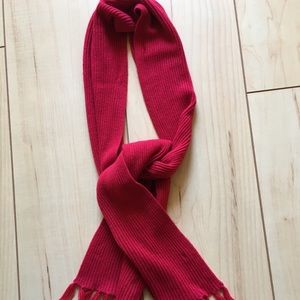 Red ribbed knit scarf with fringe